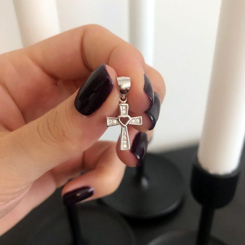 малък сребърен кръст за кръщене