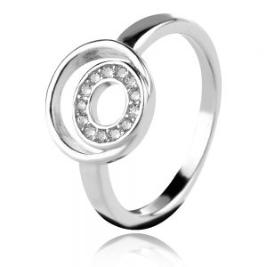 сребърен пръстен във формата на кръг